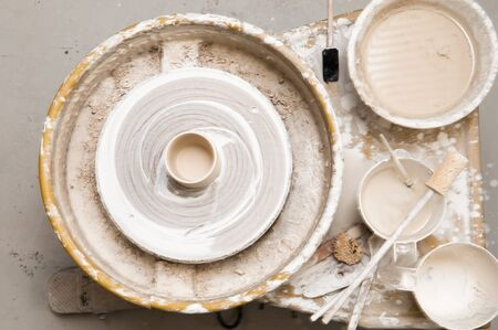 ollas de barro: Rueda de la cerámica y las herramientas creativas Foto de archivo