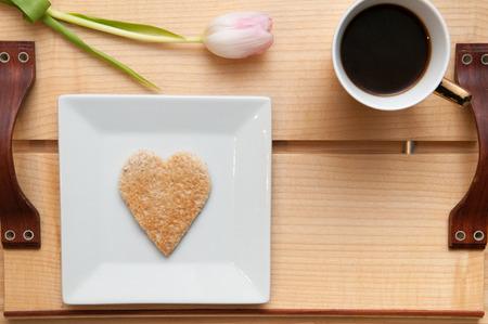 desayuno romantico: Romantic breakfast in bed concept. Overhead view