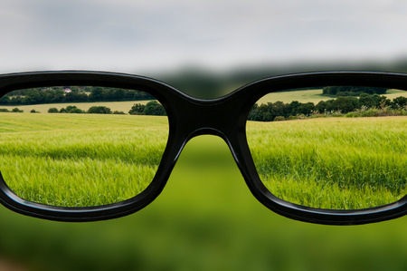 Klare Sicht durch schwarz gerahmte Augengläser Standard-Bild