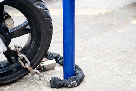 オートバイは盗難防止のためチェーンでロック 写真素材 - 80481150