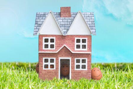 Koncepcja polowania na jajka wielkanocne na temat życia rodzinnego z okazji wielkanocnej okazji w domu