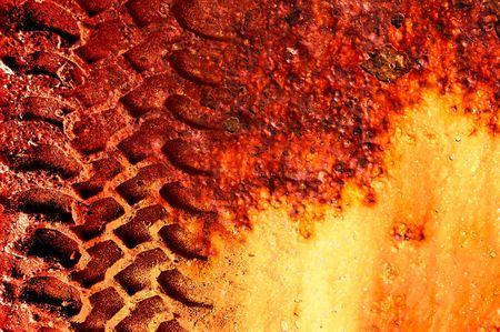 pisada: Vida en Marte. Grungey neum�tico en la pista de rojo 'marciano' de fondo.