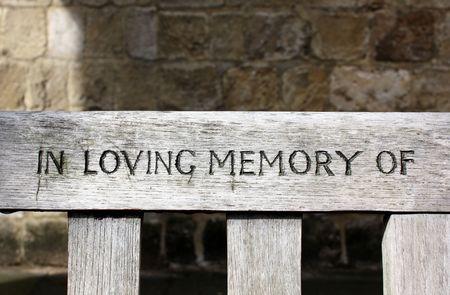 curare teneramente: In memoria di parole di amare cesellate in una panca di legno Archivio Fotografico