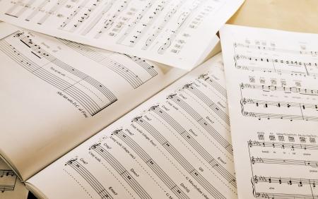 Boek en papier met muziek noten op tafel Stockfoto
