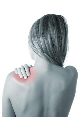 epaule douleur: Femme appuyant sa main contre une épaule douloureuse