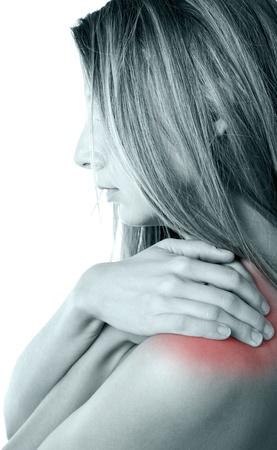 hombros: Mujer presionando sus manos contra un hombro doloroso