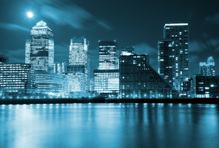 городской пейзаж: Полная луна над небоскребами Лондоне