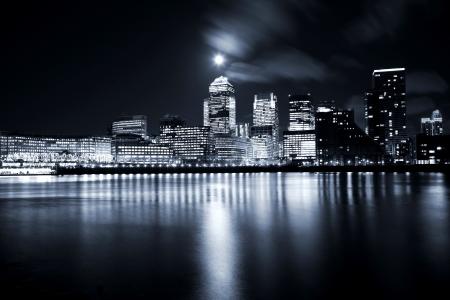 Księżyc w pełni nad wieżowcami w Londynie