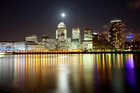 Volle maan over Londen wolkenkrabbers Stockfoto