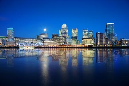 Rascacielos de Londres se refleja en el agua durante la noche Foto de archivo