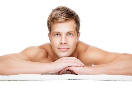 muž: Pohledný muž byl připraven k masáži izolovaných na bílém Reklamní fotografie
