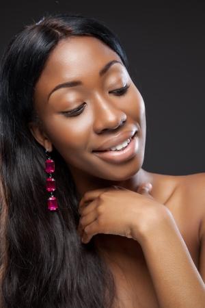 černé vlasy: Mladá krásná černá žena s dlouhými vlasy