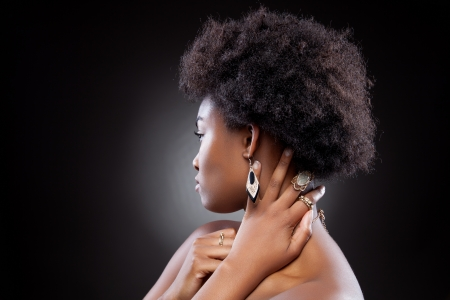 Vue de profil d'une beauté noire avec coiffure afro