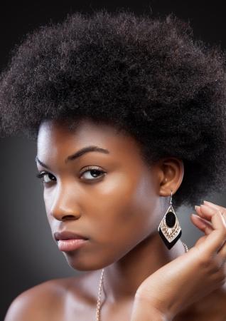 아프로 헤어 스타일을 가진 젊은 흑인 아름다움