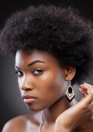 Giovane bellezza nera con acconciatura afro photo