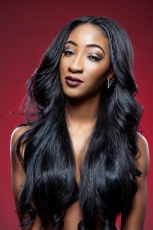 우아한 곱슬 머리를 가진 젊은 흑인 아름 다운 여자