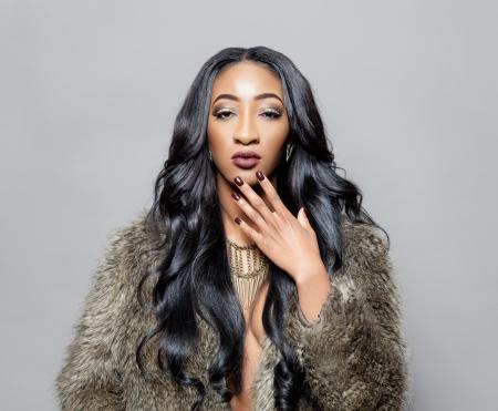 우아한 곱슬 머리를 가진 젊은 흑인 아름다운 여자