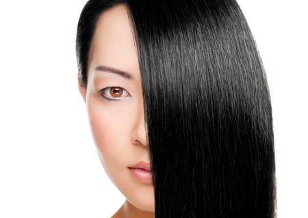 긴 우아한 직선 머리를 가진 아름 다운 젊은 태국 여자