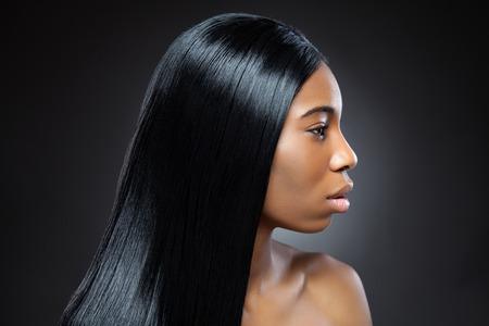 긴 직선 머리를 가진 아름 다운 젊은 흑인 여성