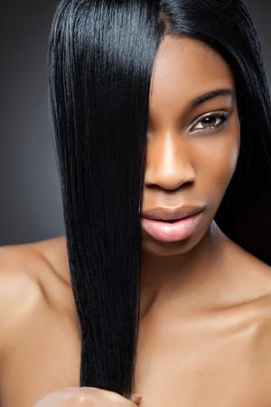 cabello negro: Hermosa mujer joven negro con el pelo largo y liso