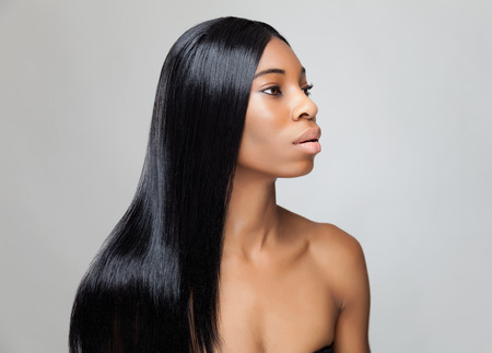 lang haar: Mooie jonge zwarte vrouw met lange rechte haren
