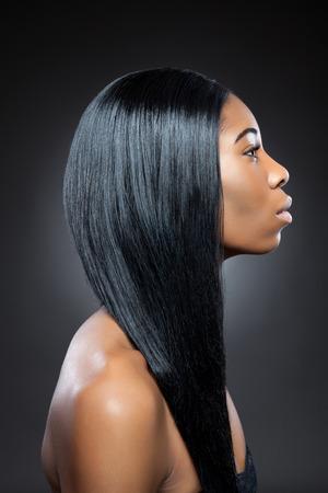 긴 직선 머리를 가진 젊은 흑인 아름다움