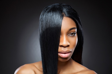 cabello lacio: Hermosa mujer joven negro con el pelo liso y brillante