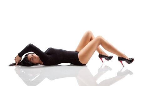 Mujer joven con un cuerpo impresionante acostado en el piso