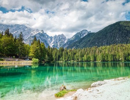 Lago di Fusine con acqua cristallina nelle Alpi italiane Archivio Fotografico