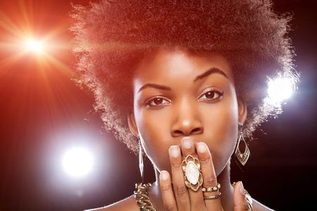 pelo castaño claro: Mujer africana joven hermosa con el peinado afro Foto de archivo