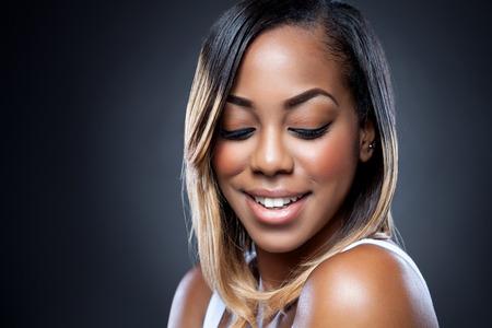 완벽 한 피부를 가진 젊은 흑인 아름다움의 초상화 스톡 콘텐츠