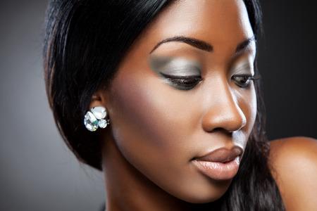 cuerpo femenino perfecto: Negro mujer joven hermosa con maquillaje