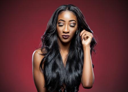 긴 고급스러운 광택 머리와 검은 아름다운 여자