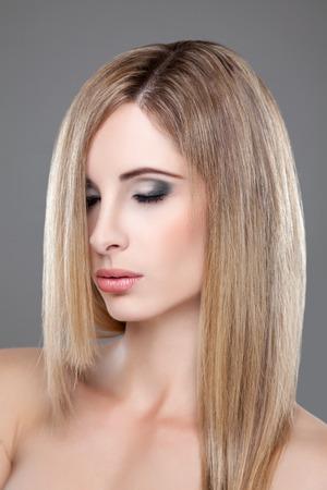 capelli dritti: Ritratto di una giovane bellezza bionda con i capelli lisci