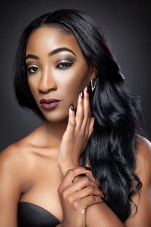 černé vlasy: Black krásná žena s luxusním kudrnaté vlasy Reklamní fotografie