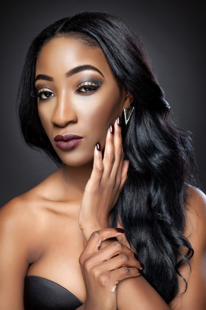 hair curly: Mujer hermosa negro con el pelo rizado lujoso Foto de archivo