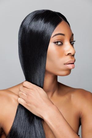 capelli lisci: Bellezza nero con lungo rettilineo e capelli lucidi