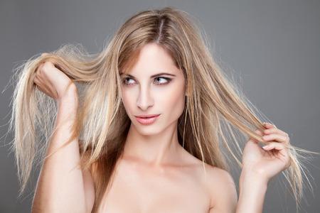 cabello lacio: Hermosa mujer con largo y lacio cabello desordenado