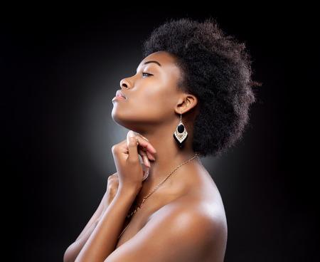 African American: Joven y bella mujer de negro con peinado afro