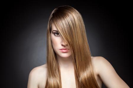 capelli lunghi: Donna con capelli diritti e capelli lucidi Archivio Fotografico