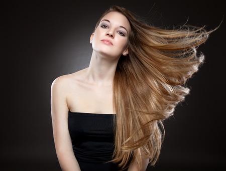 強い長い茶色の髪を持つ美しい女性 写真素材