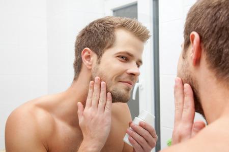 espejo: Sirva la mirada en el espejo y la aplicaci�n para despu�s del afeitado