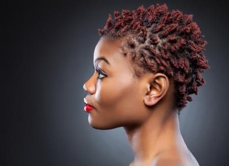 visage femme profil: Beaut� noire aux cheveux courts rouge h�riss�s
