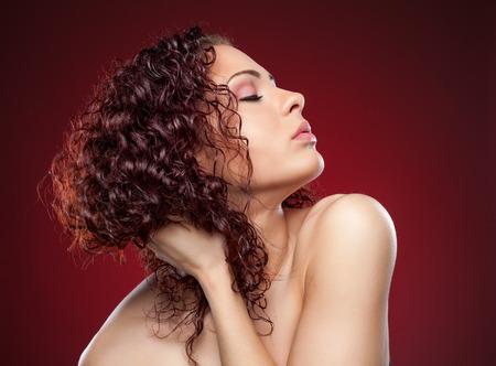 perfil de mujer rostro: Joven y bella mujer con el pelo rizado de color rojo