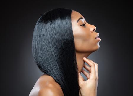 완벽한 직선과 빛나는 머리와 검은 아름다움의 프로필 스톡 콘텐츠