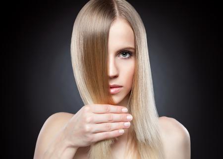 pelo largo: Perfil de una belleza con el pelo recto largo rubio