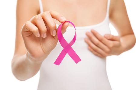seni: Donna con una rosa di consapevolezza del cancro al seno nastro Archivio Fotografico