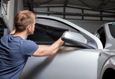 차고에서 자동차 창 틴팅 호일 적용