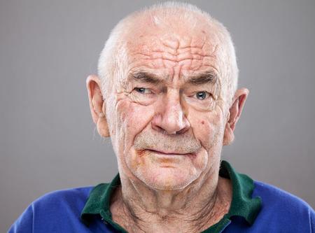 cara triste: Portriat Primer plano de un hombre mayor