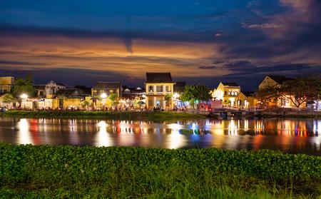 밤에 베트남 호 이안의 역사 도시